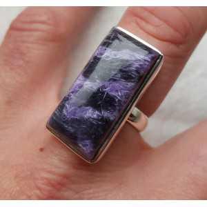 Zilveren ring gezet met rechthoekige Charoiet 18 mm