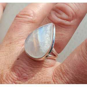 Zilveren ring gezet met druppelvormige Maansteen 18 mm