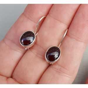 Zilveren oorbellen met cabochon Granaat en sluithaak