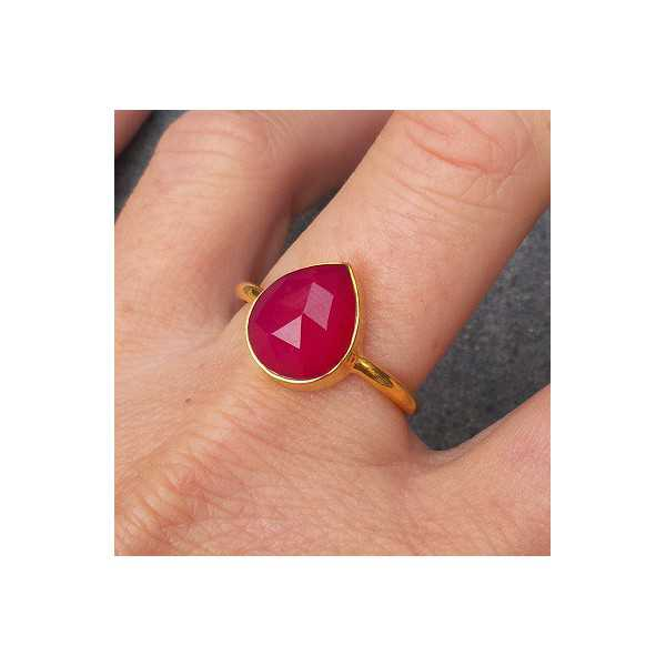 Vergulde ring met druppelvorm facet fuchsia Chalcedoon 18 mm