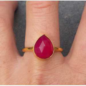 Vergulde ring met druppelvorm facet fuchsia Chalcedoon 18.5 mm