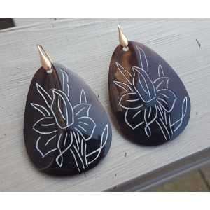 Ohrringe mit großen braunen Schale mit Blume
