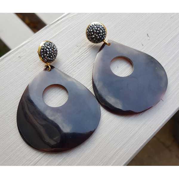 Oorbellen met grote bruine schelp en kristallen