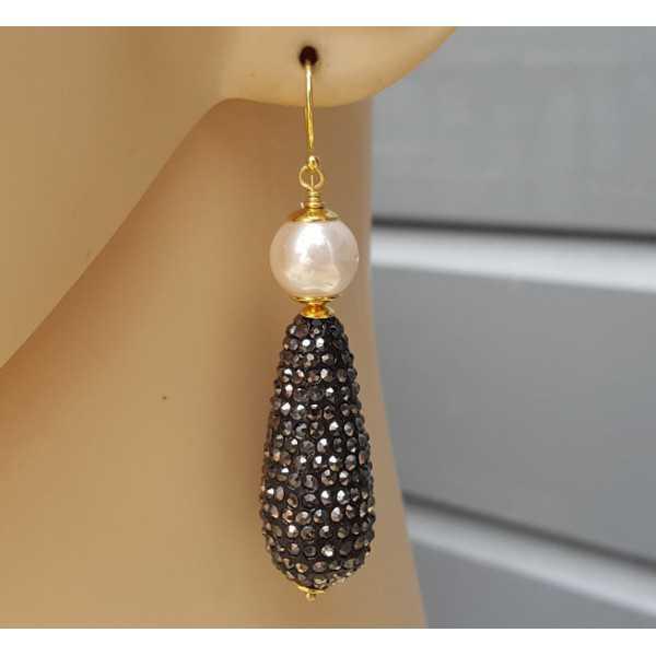 Ohrringe mit Tropfen von Kristall und Perle