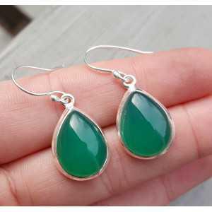 Zilveren oorbellen gezet met druppelvormige groene Onyx