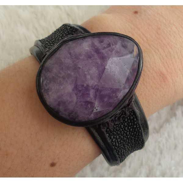Armband van zwart Roggenleer en gezet met grote Amethist
