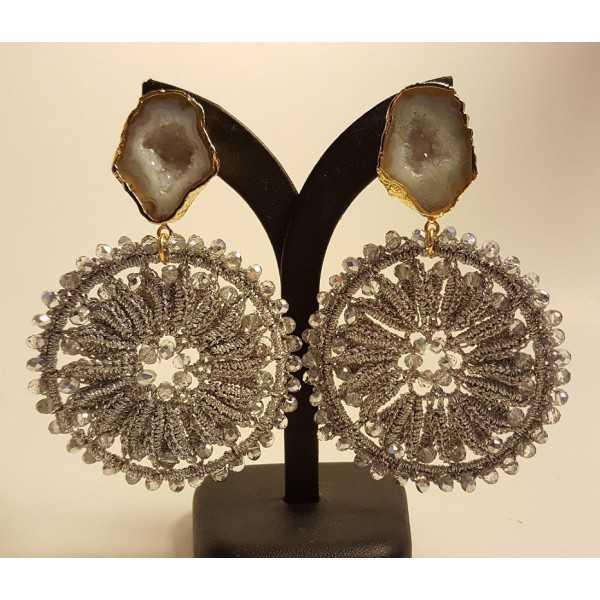 Vergoldete Ohrringe mit Achat-geode und hellgrau-Anhänger mit Kristallen