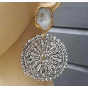 Vergulde oorbellen met Agaat geode en licht grijze hanger met kristallen