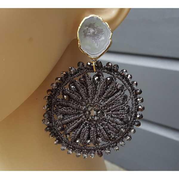 Vergulde oorbellen met Agaat geode en donker grijze hanger met kristallen