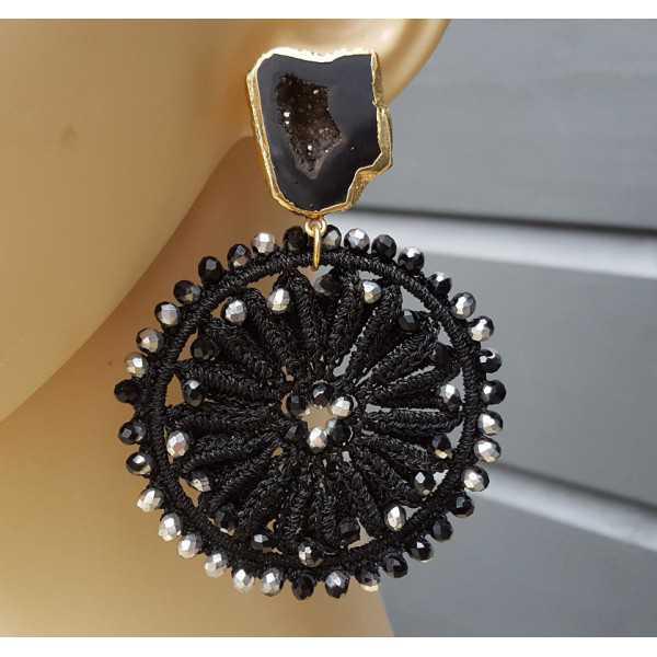 Vergulde oorbellen met Agaat geode en zwarte hanger met kristallen
