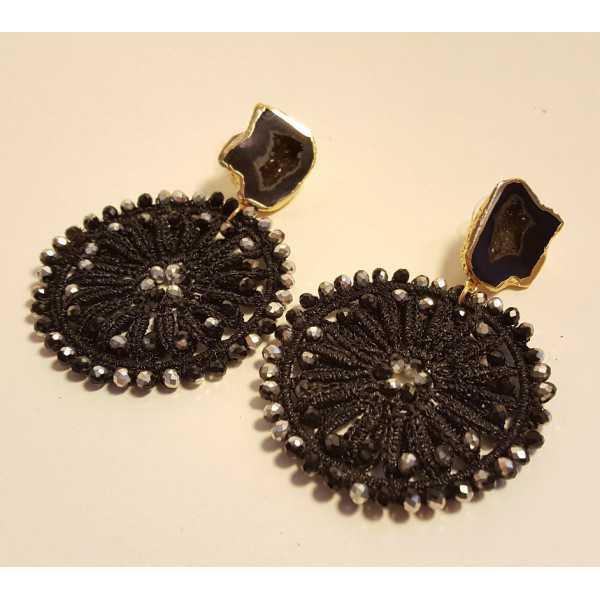 Vergoldete Ohrringe mit Achat-geode und schwarzen Anhänger mit Kristallen