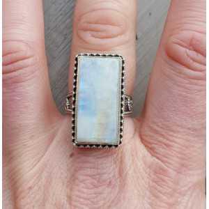 Zilveren ring met rechthoekige Maansteen bewerkte setting 18