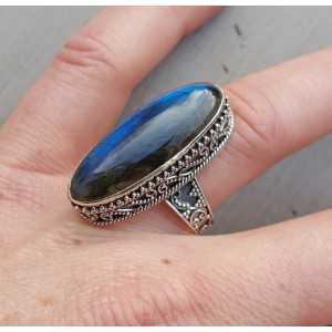 Zilveren ring met smalle ovale Labradoriet in bewerkte setting 17.3