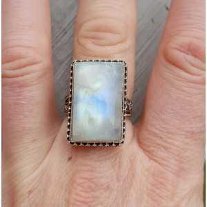 Zilveren ring met rechthoekige Maansteen in bewerkte setting 18.5