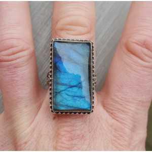 Zilveren ring met rechthoekige Labradoriet in bewerkte setting 19 mm