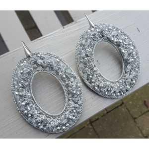 Zilveren oorbellen met ovale grijze hanger van zijdedraad en kristallen