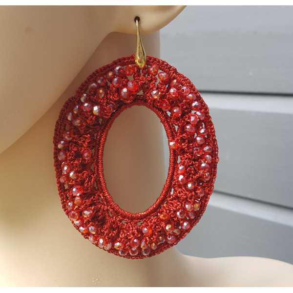 Goud vergulde oorbellen met ovale rode hanger van zijdedraad en kristallen
