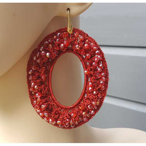 Vergoldete Ohrringe mit ovalen roten Anhänger von seidenen Faden und Kristallen