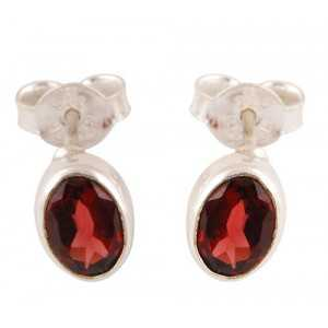 Silver oorknoppen set with oval faceted Garnet
