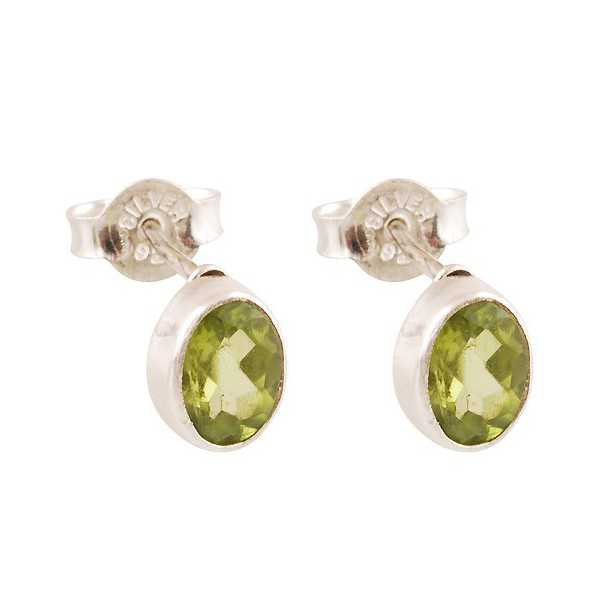 Silver oorknoppen set with oval faceted Peridot