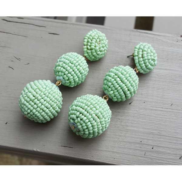 Vergulde oorbellen bollen met mint groene kraaltjes