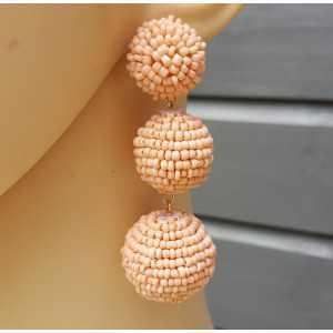 Vergulde oorbellen bollen met zalm kleurige kraaltjes