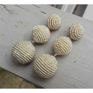 Vergulde oorbellen bollen met zilver kleurige kraaltjes