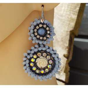 Oorbellen met hanger van licht blauwe kristallen en bloem