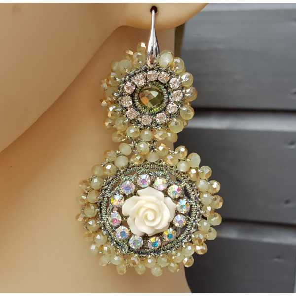 Earrings with pendant of green crystal and flower
