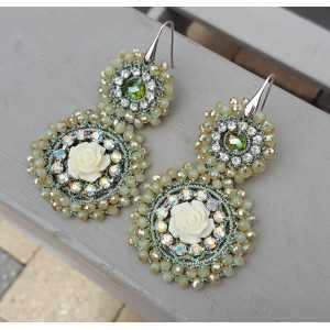 Ohrringe mit Anhänger von grünen Kristall und Blume