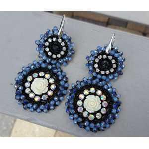 Ohrringe mit Anhänger mit dunkelblauen Kristallen und Blume