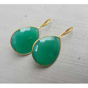 Goud vergulde oorbellen gezet met druppelvormige groene Onyx