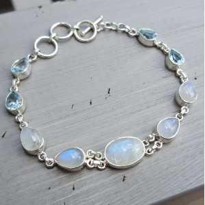 Zilveren armband gezet met blauwe Topazen en Maanstenen