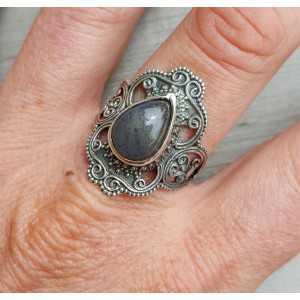 Zilveren ring gezet met Labradoriet en bewerkte kop 18.5