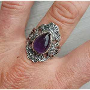 Zilveren ring gezet met Amethist en bewerkte kop 18.5