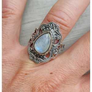 Zilveren ring gezet met Maansteen en bewerkte kop 17.3