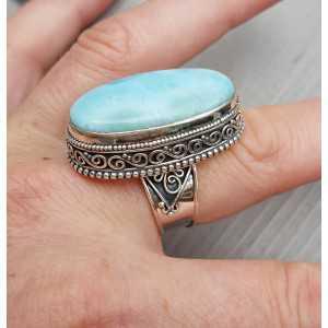 Zilveren ring met ovale Larimar gezet in bewerkte setting 18.5 mm