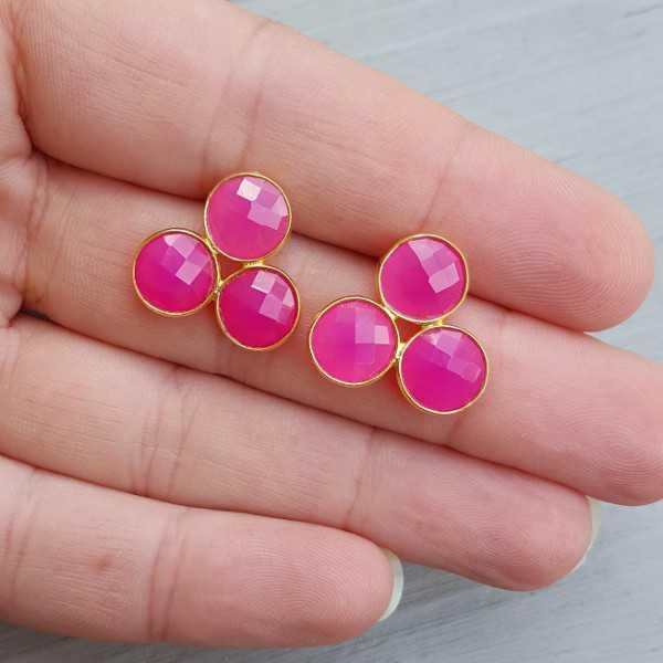 Goud vergulde oorknoppen gezet met fuchsia roze Chalcedoon