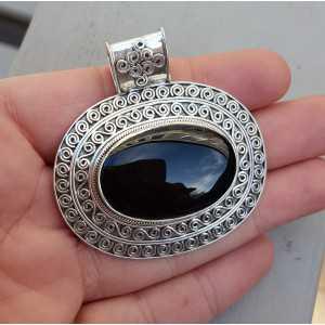 Zilveren hanger met dwarsliggende ovale Onyx in bewerkte setting