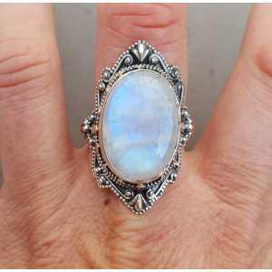 Zilveren ring gezet met Maansteen en bewerkte kop 19.7 mm