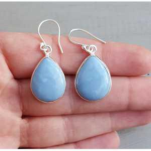 Zilveren oorbellen gezet met druppelvormige blauw Opaal