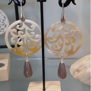 Earrings with round-cut buffalo horn, and gray Agate