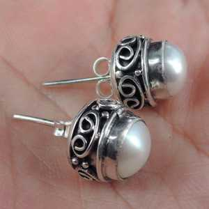 Silver oorknoppen with a Pearl earring in carved setting