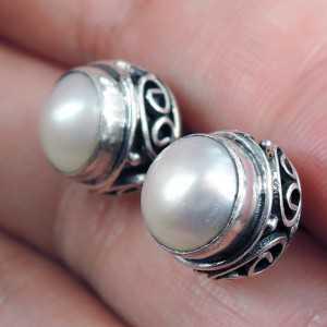 Silber oorknoppen mit einem Perle Ohrring in geschnitzten Einstellung