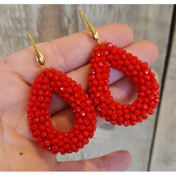 Goud vergulde oorbellen met open druppel van rode kristallen
