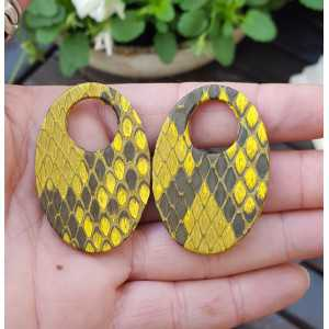 Creole earrings set with oval pendant of yellow Snakeskin