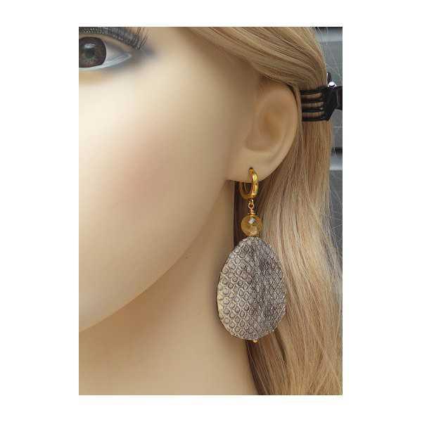 Vergoldete Ohrringe mit Citrin und einem Tropfen aus Schlangenleder