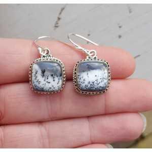 Zilveren oorbellen met vierkante Dendriet Opaal in bewerkte setting