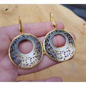 Goud vergulde oorbellen met ronde uitgesneden schelp