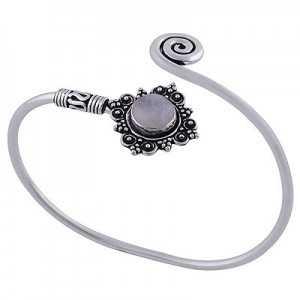 Zilveren armband / bangle met bewerkte setting gezet met Maansteen